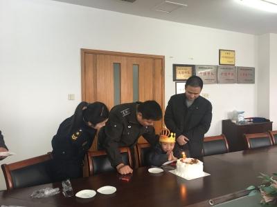 创优进行时:扬名城管为困难儿童过生日