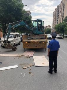 强转树:挖掘机违法上路被处罚